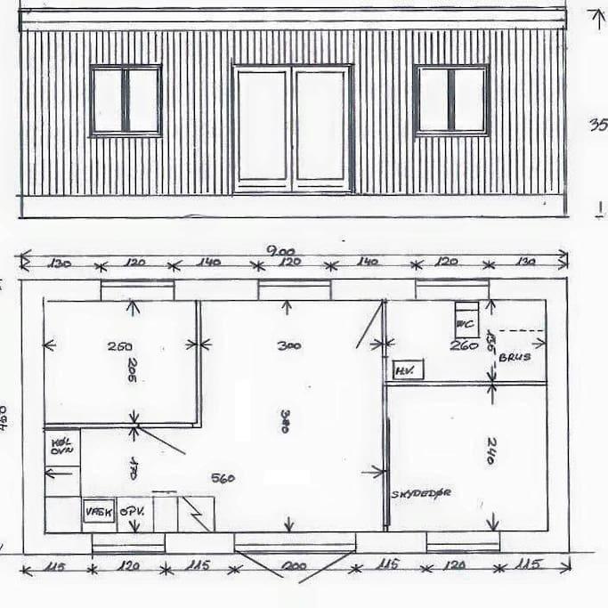Atelierhytten har plads til fem glade sommergæster. Her kan I se, hvordan hytten er indrettet. Det ene soveværelse har en dobbeltseng; værelset har køjeseng med tre køjer. I haven er der bord/bænk, og i spisestuen et spisebord med plads til 5-7 spisende.