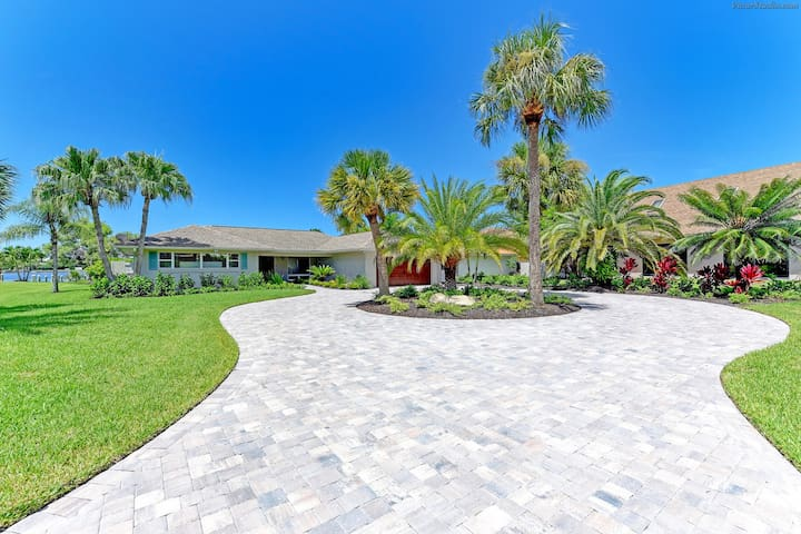 WATERFRONT Luxury Home! Pool, Dock, Near Beaches