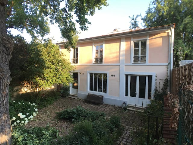 CHARMING HOUSE VERY CLOSE TO PARIS AND SUBWAY L1