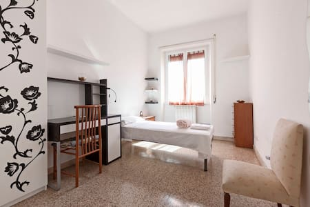 Confortale and private room near Metro - Roma