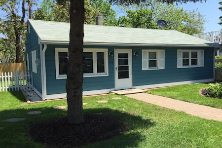 2BR cottage with private backyard - walk to town!