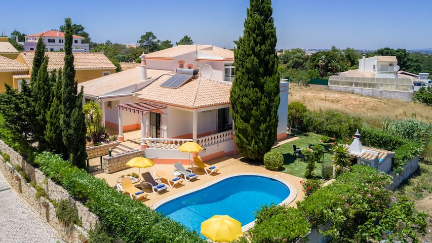 Villa w/ private gated pool,AC, WiFi, 1km to beach