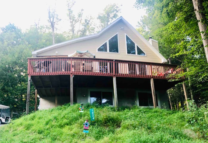 Escape into the woods! 4BD,3BA,WiFi, Firepit, Lake