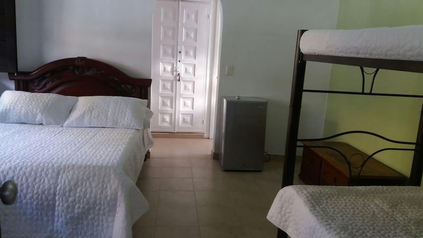 Habitacion No. 1 Principal: Cama doble y litera, aire acondicionado, vestier, nevera  y  baño privado.