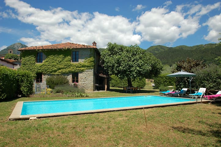 Villa Altana, house with private pool near Lucca - Corfino - Hus