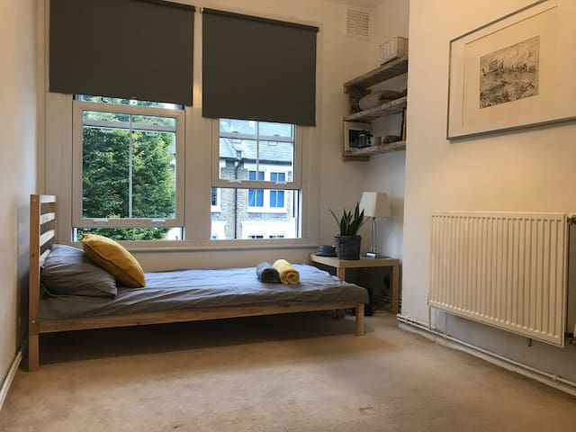 Cosy and bright single room by Vauxhall station