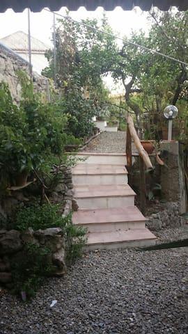 Casa con giardino a Montagnareale!