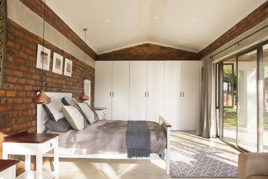 Sable Queen Bedroom photo 2