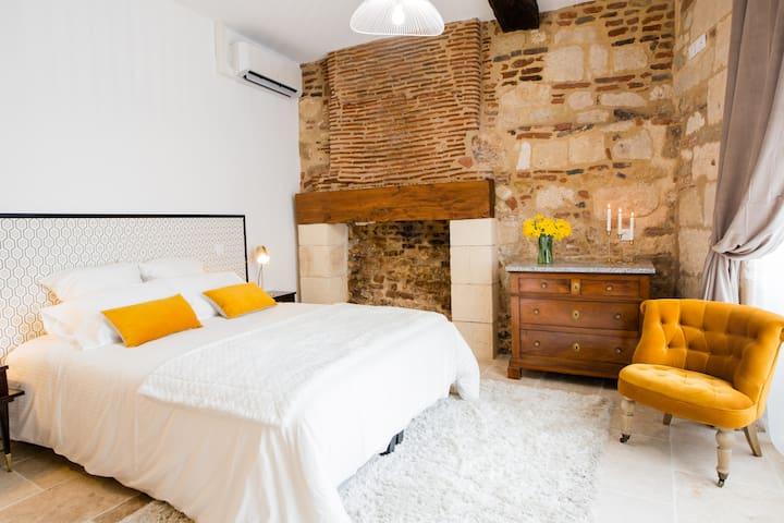 Adoptez cette belle chambre à l'ambiance feutrée de 16m² avec cheminée et sol en pierres naturelles. Elle est équipée d'un lit double de 160cm et de tous les rangements nécessaires à votre séjour. Elle est également climatisée.