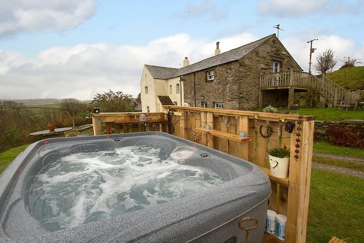 Hayloft - Stunning Studio For 2 & Hot Tub, Cumbria