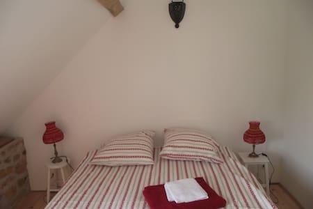 La Grange des Blins, Chambre rouge - Jouy - Talo