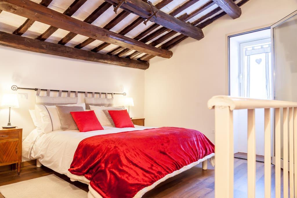 mezzanine double bedroom with king size bed | mansarda con camera da letto matrimoniale