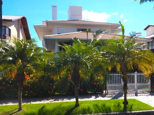 Lovely house with 5 bedrooms located in the best areas of Jurerê Internacional.