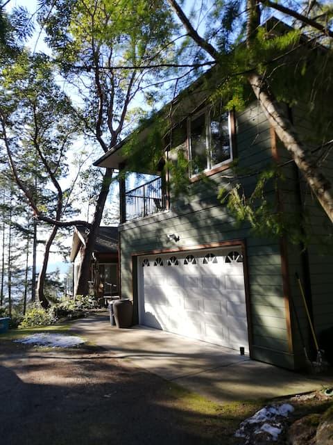 Secret Cove Carriage House - 5 min. walk to swim