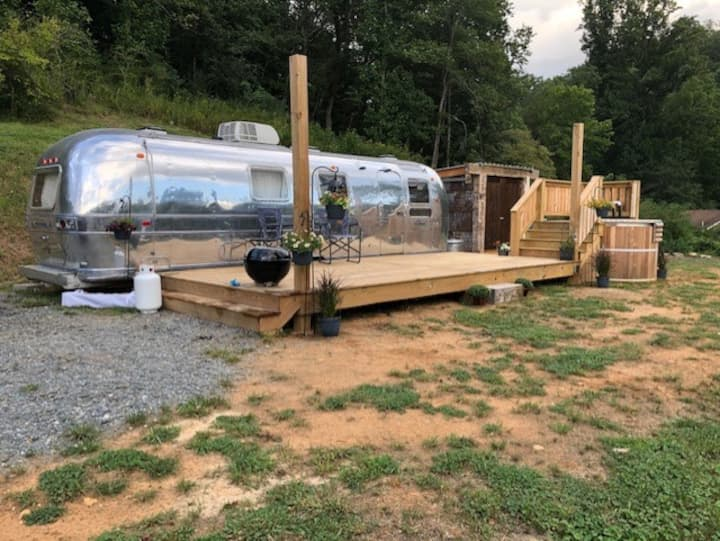 """Glamping"" in restored Airstream Cabin 2 w/hot tub"