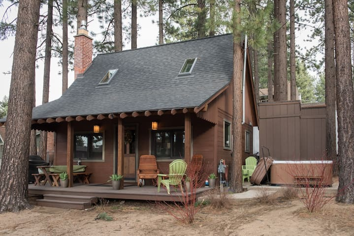 2BR/1.5BA Charming Mountain Cabin with Hot Tub, South Lake Tahoe