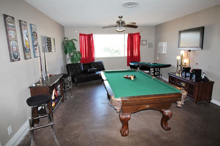 Super Nice Home by Strip....4 BEDS + Futon