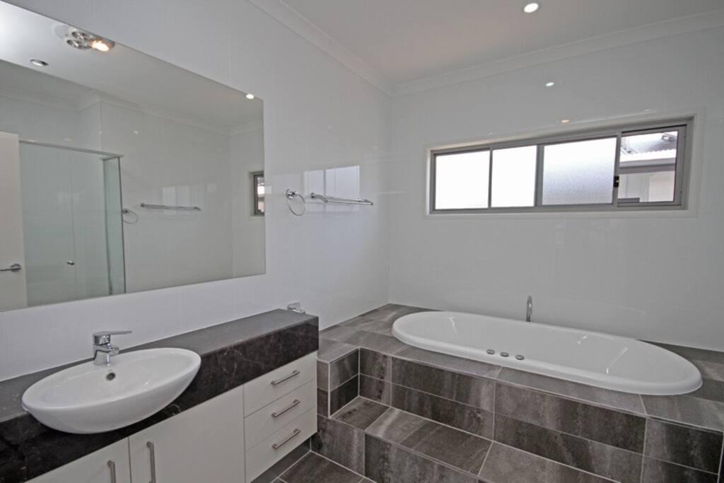 Main Bathroom with Spa
