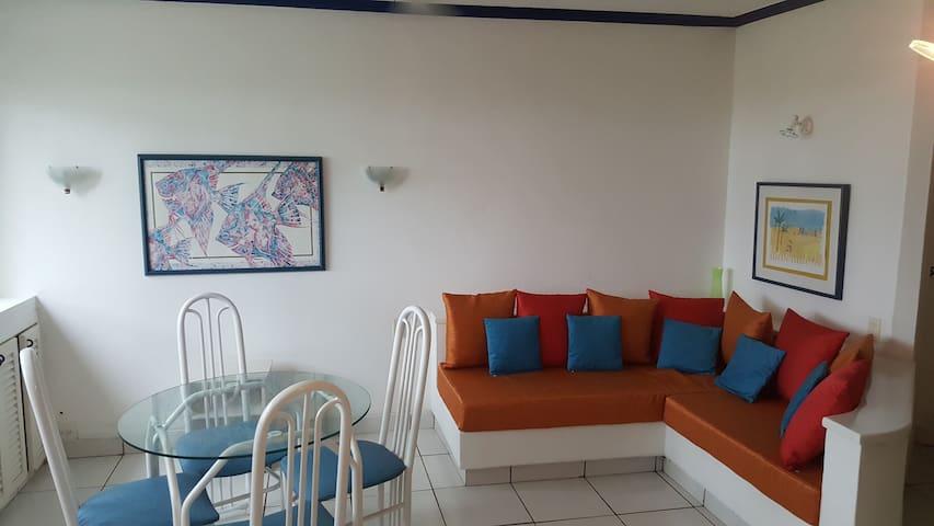 La parte larga del sofá (mamposteria), que se ve en la foto, puede ser utilizado como cama de una plaza para dormir para una persona