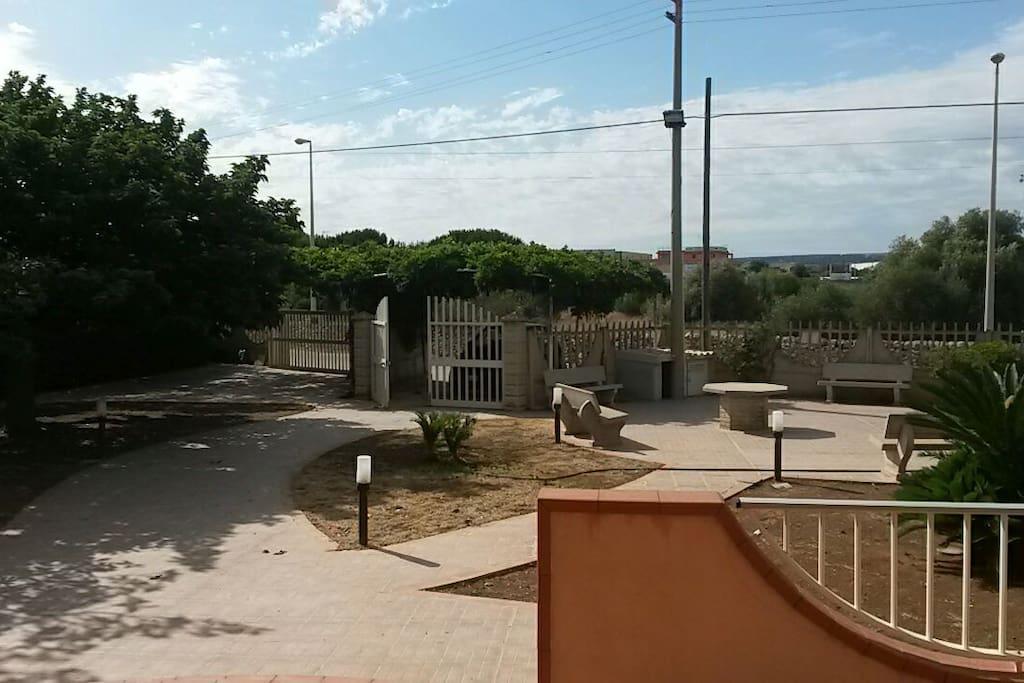 Il giardino con posto macchina