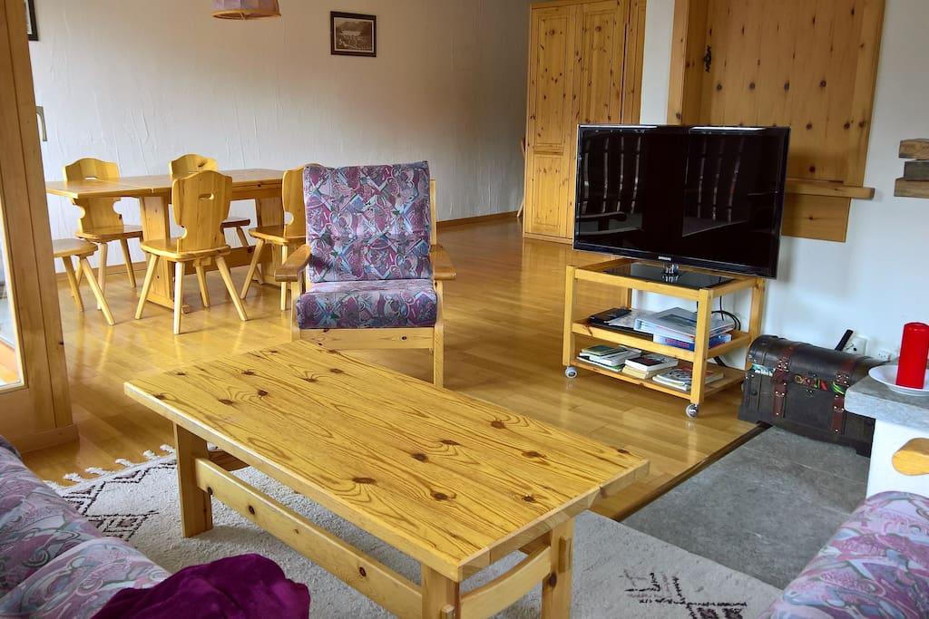 Wohnzimmer mit Sitz-Ecke vor TV und Kamin