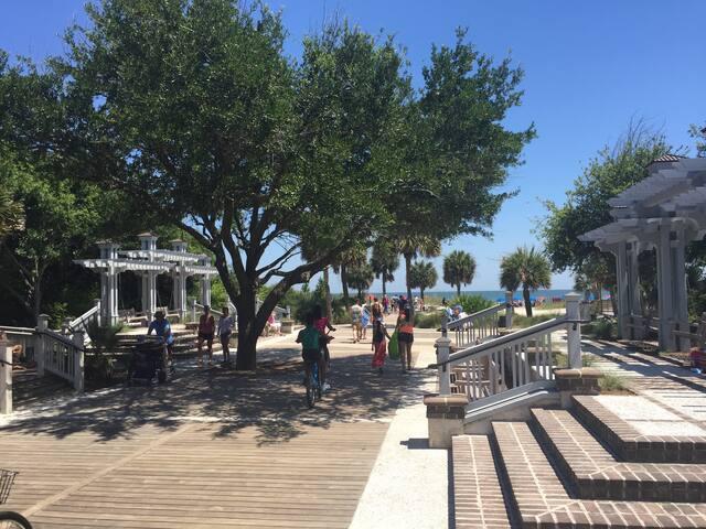 Beautiful Condo near Sea Pines and Coligny Plaza