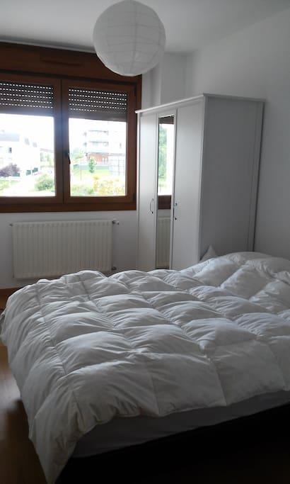 Habitación luminosa y acogedora con cama matrimonial (1,50), armario, mesita y làmpara.