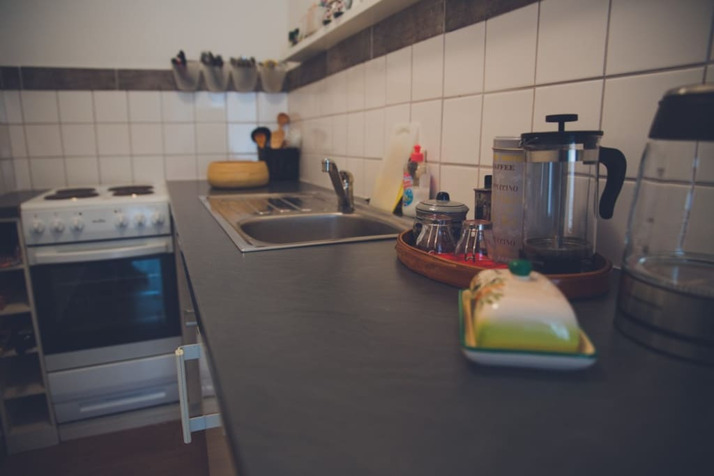 Küchenzeile mit Herd, Backofen und Mikrowelle