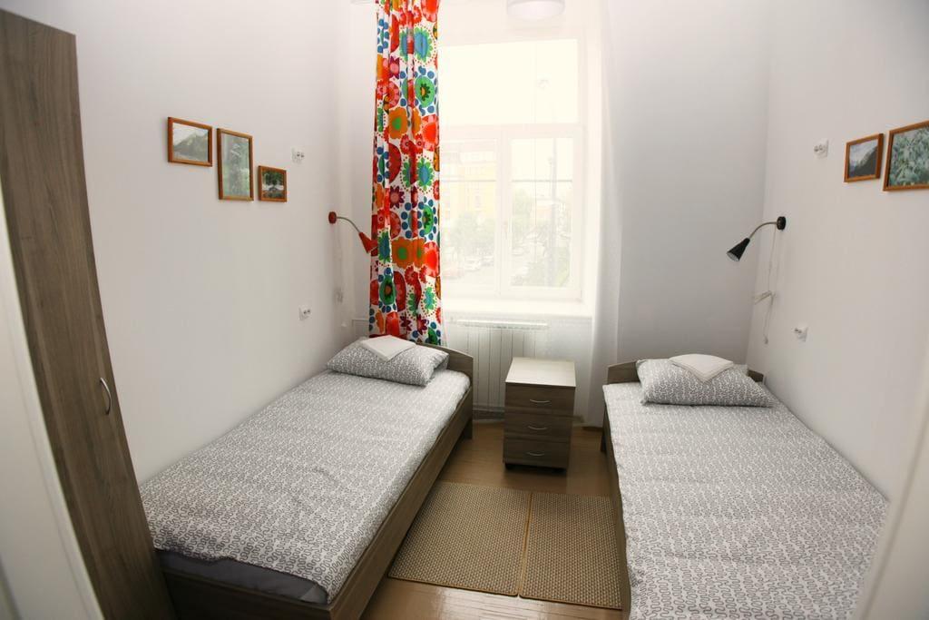 отдельная комната с двумя односпальными кроватями и письменным столом