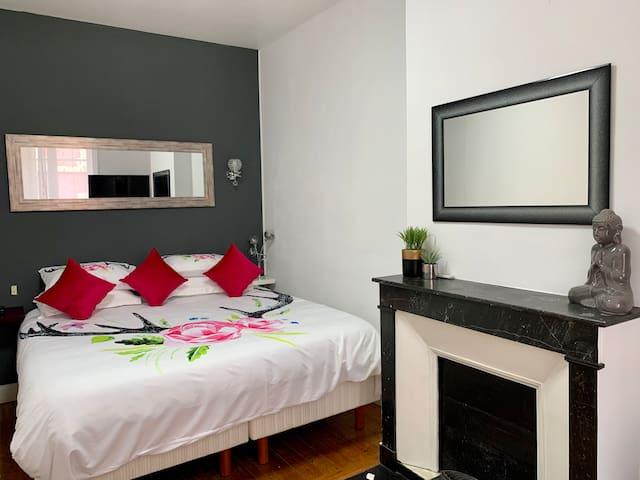 Chambre Grise avec lit king size  Grand écran tv connectée  Machine nespresso  Surface chambre 22m2 Située au 2ème niveau