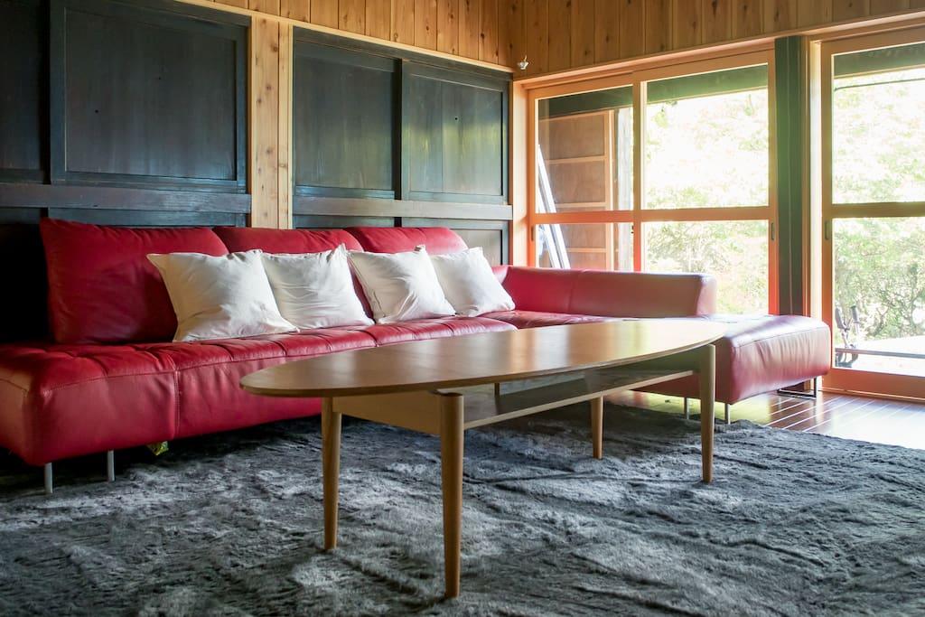 縁側のある居間では、大きなソファにゆったりと座って100インチ大画面のテレビで映画なども楽しめます。