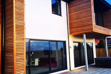 Modern property superb views. - Neath - Ev