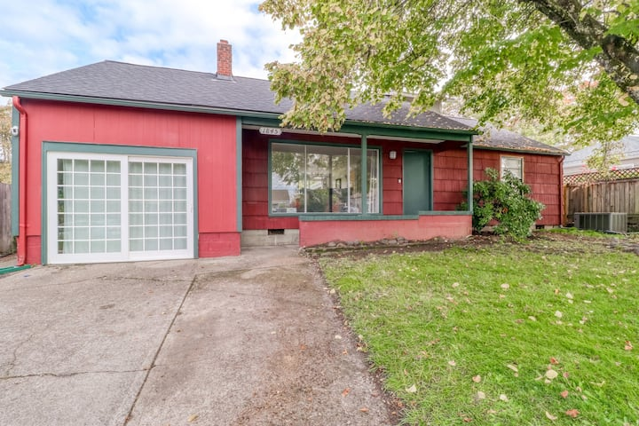 Charming dog-friendly home w/ patio, enclosed yard, & easy access to U of O!