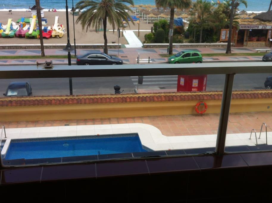 la piscina y la playa desde la terraza