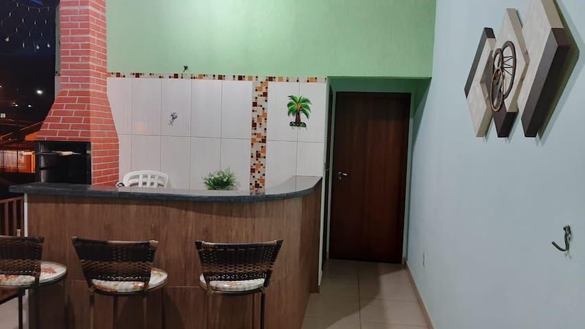 Apartamento com 1 quarto, banheiro e mini cozinha.