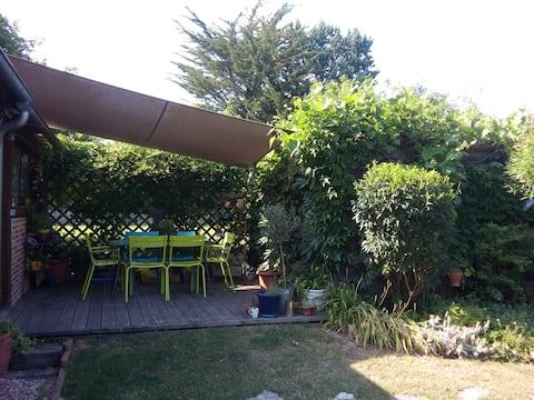 accueil dans maison avec jardin,p'tit dej bio :-))