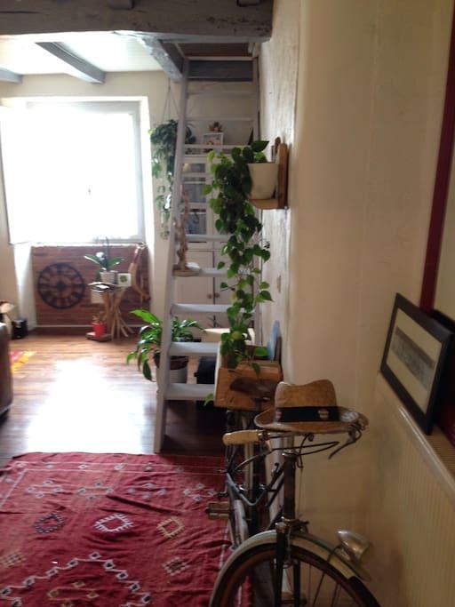 Salon et accès étage chambre 2