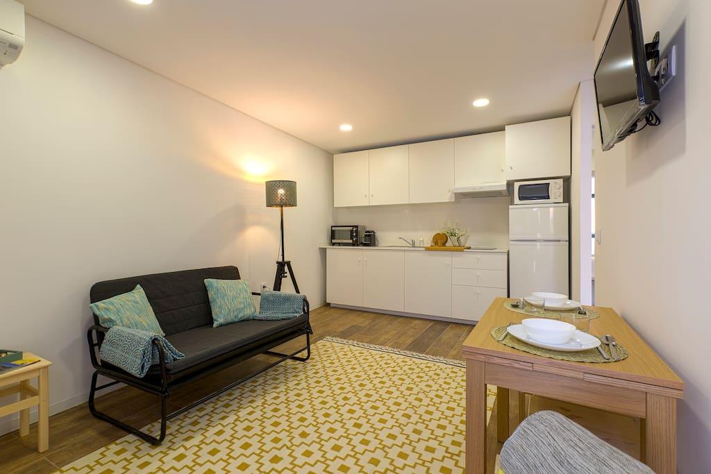 Sala com cozinha equipada