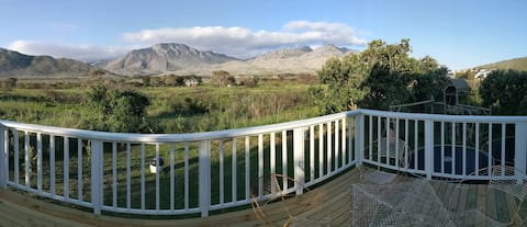 Light, cozy, beach-road cottage, Pringle Bay