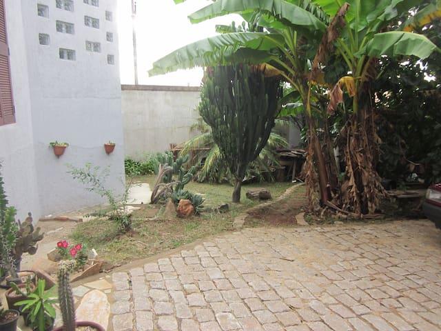 Área externa , jardim e estacionamento