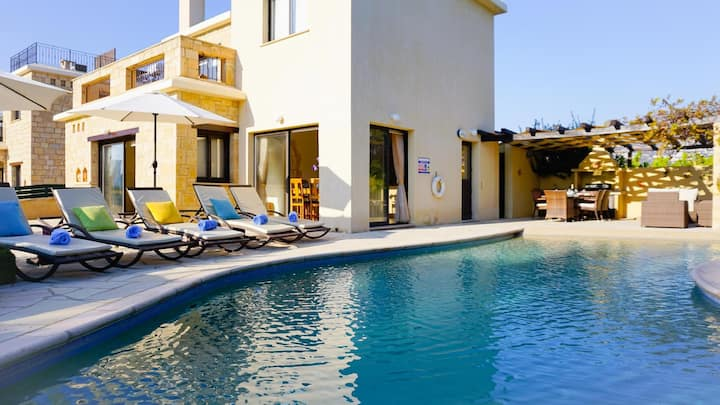 Stone built Villa Camelot (Coral Bay) walk in pool 5 minutes walk from the beach
