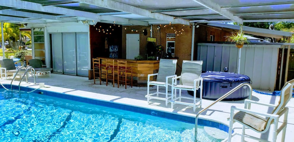The Coolest Clearwater House - 3/1 with Pool & Bar
