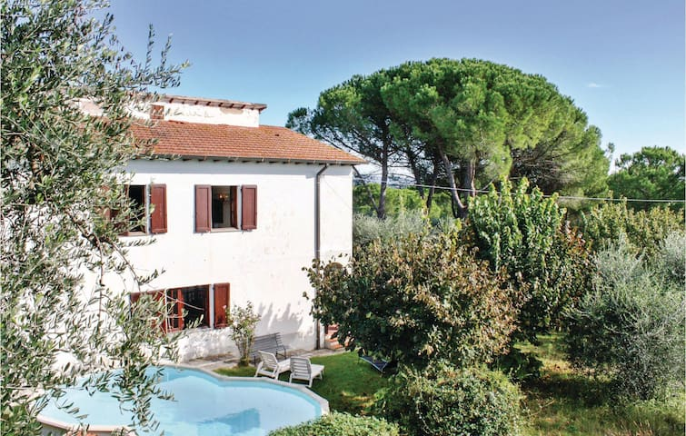 Holiday cottage with 4 bedrooms on 200 m² in Montecchio di Peccioli