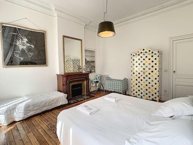 Chambre n°1 de Dolce Vita. Le couchage peut être en 1 lit double ou 2 lits simples. Cette chambre peut recevoir 4 personnes et un bébé (en bleu sur la photo).