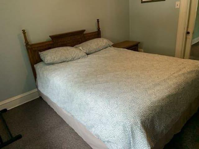 Master bedroom with Queen queen
