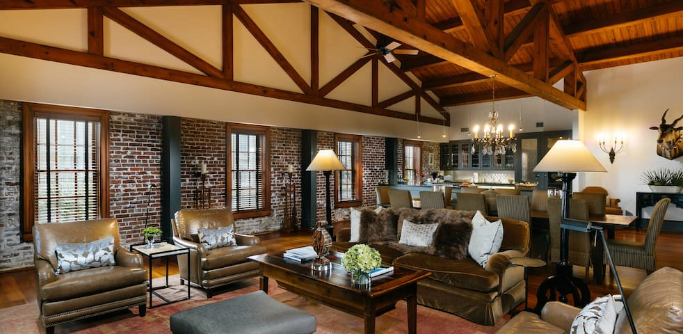 Spectacular Hank's Loft – 3 Bed Historic District
