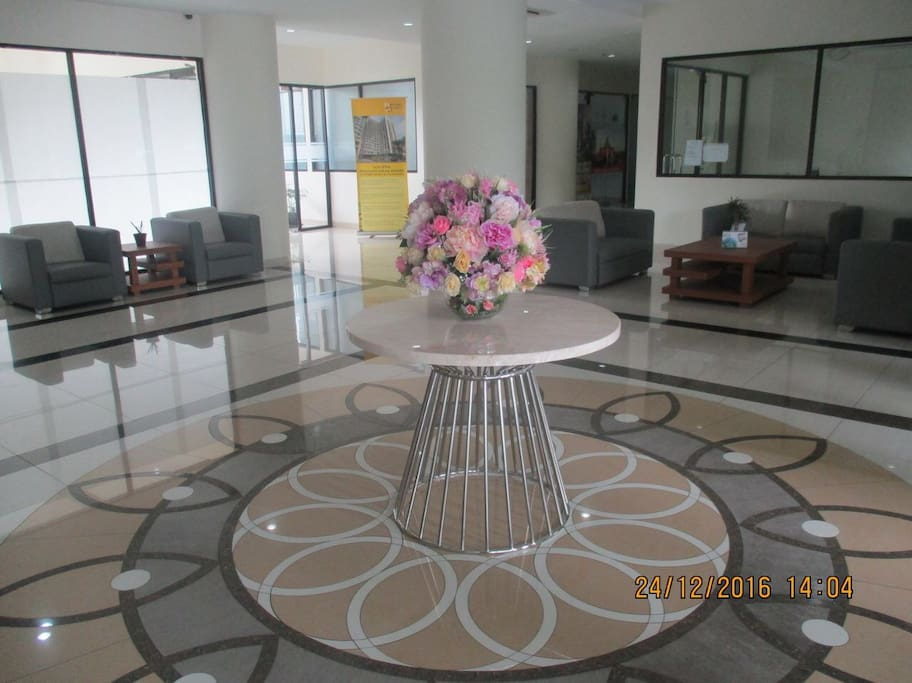 the lobby of the apartement buiding