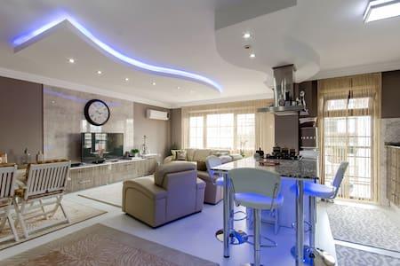 Elegantly Decorated Modern Private Room - Alsancak - Apartemen