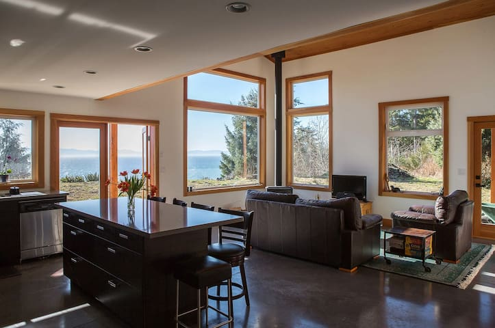West Coast Oceanfront Home - Jordan River - Casa