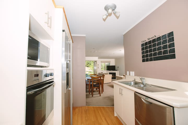 Comfortable 2 bed apartment, full kitchen & lounge